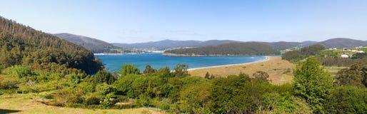 Panoramisch landschap met strand in een zonnige dag stock afbeeldingen