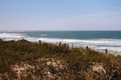 Panoramisch landschap van de kust Breed strand van de Atlantische Oceaan met golven en graskust met omheining royalty-vrije stock afbeeldingen