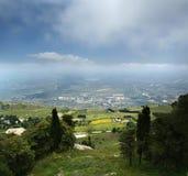 Panoramisch landschap van een bergvallei royalty-vrije stock afbeelding