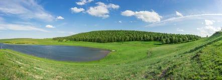 Panoramisch landschap van Khakassia& x27; s klein meer, Siberië Royalty-vrije Stock Foto's