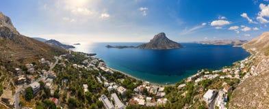 Panoramisch landschap van Telendos-eiland in afstand en een deel van Kalymnos-eiland stock foto's