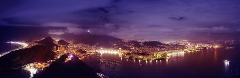 Panoramisch Nachtlandschap van Rio de Janeiro Stock Fotografie