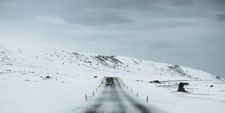 Panoramisch, op de weg bij de winter, in het sneeuwonweer royalty-vrije stock afbeeldingen
