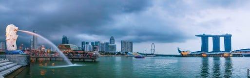 Panoramisch overzicht van Singapore met Merlion en Marina Bay Stock Foto