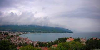 Panoramisch satellietbeeld aan Ohrid-meer en stad, Noord-Macedonië royalty-vrije stock foto's