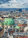 Panoramisch satellietbeeld over historische oude stad van Wenen met beroemde oriëntatiepunten als St Stephen& x27; s kathedraal royalty-vrije stock fotografie