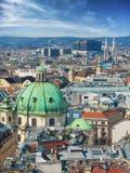 Panoramisch satellietbeeld over historische oude stad van Wenen met beroemde oriëntatiepunten als St Stephen& x27; s kathedraal stock foto's