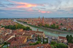 Panoramisch satellietbeeld van Verona, Italië na de zomerzonsondergang, clou royalty-vrije stock afbeeldingen