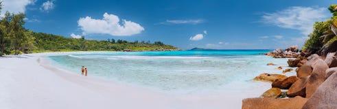 Panoramisch schot van breed schilderachtig wit zandstrand, Seychellen, La Digue, Anse Cocos Tijd van de paar de enyoing roeping royalty-vrije stock afbeeldingen