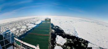 Panoramisch schot van een schip dat in ijs navigeert. Royalty-vrije Stock Fotografie