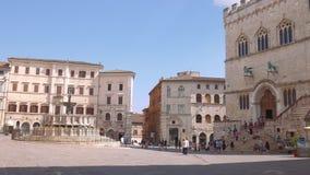 Panoramisch schot van het hoofdvierkant van Perugia met paleis en fontein, Italië stock video