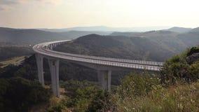 Panoramisch schot van het viaduct 'Crni Kal' dichtbij koper-Slovenië stock videobeelden