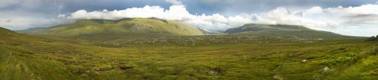 Panoramisch Schots landschap met heide en bergen in Hoogte stock fotografie