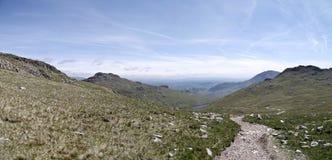 Panoramisch, unten schauend zu rotem Tarn vom Windungs-Felsspitzenweg Stockfotos