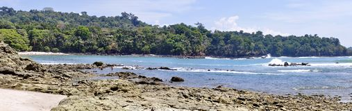 Panoramisch van de kustlijn in Manuel Antonio National Park stock fotografie