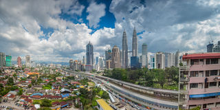 Panoramisch van de Tweelingtorens van Kuala Lumpur en van Petronas tijdens daylig stock foto's