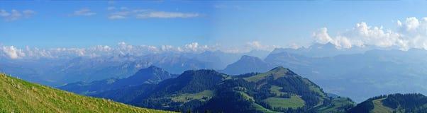 Panoramisch van de Zwitserse Alpen in de herfst stock afbeelding