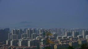Panoramisch van draadtoren met hoog voltage in stedelijke stad, de bouwhuis, verre berg & heuvel stock footage