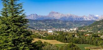 Panoramisch van Gap, Hautes-Alpes in de Zomer Franse Alpen, Frankrijk royalty-vrije stock fotografie