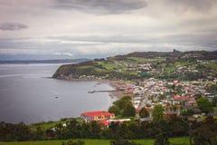 Panoramisch van het Achao-dorp, Quinchao-eiland, Chiloe-archipel, in het Los Lagos Gebied, Chili wordt gevestigd dat stock afbeeldingen