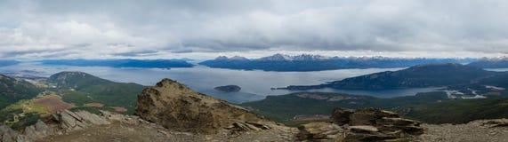 Panoramisch van het Brakkanaal en Ushuaia in de linkerzijde Tierra del Fuego National Park stock foto