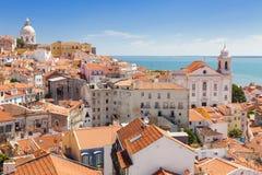 Panoramisch von Alfama-Dachspitzen, Lissabon Lizenzfreies Stockfoto