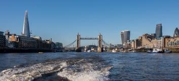 Panoramisch von den neuen London-Skylinen gesehen von der Themse Lizenzfreies Stockbild