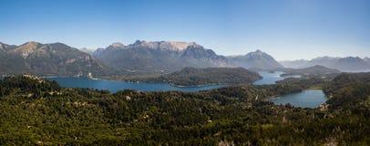 Panoramisch von den Seen, von den Bergen und vom Wald nahe Bariloche-Stadt im argentinischen Patagonia Lizenzfreie Stockbilder