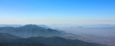 Panoramisch von der Bergspitze am Naturlehrpfadstandpunkt Kew Mae Pan bei Doi Inthanon, Chaingmai, Thailand stockbilder
