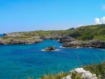 Panoramisch von der Küste in Spanien mit blauem Meer und Felsen stockfotografie