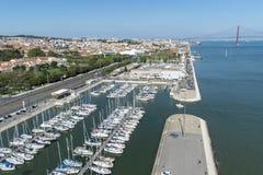 Panoramisch von Lissabon und von Taugus-Fluss mit der Brücke am 25. April Stockfotografie
