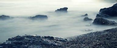 Panoramisch Zeegezicht Het water die over schommelt bij kustlijnmist l rollen Royalty-vrije Stock Afbeelding