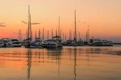 Panoramische Abendansicht des Seehafens bei Sonnenuntergang Stockfotos