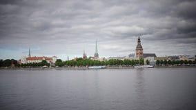 Panoramische Algemene Mening door de Daugava-Rivier van Riga Letland, stock footage