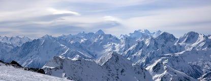 Panoramische Ansicht über größeren Kaukasus von Elbrus Lizenzfreie Stockfotos