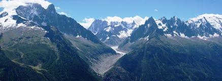Panoramische Ansicht über Mont-Blanc massiv lizenzfreies stockbild