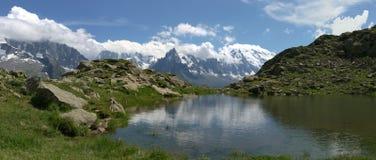 Panoramische Ansicht über See in den Alpen stockfotografie