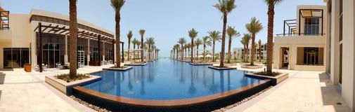 Panoramische Ansicht über Swimmingpool lizenzfreie stockfotos