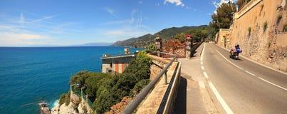 Panoramische Ansicht über Straße entlang dem Meer. Stockbild