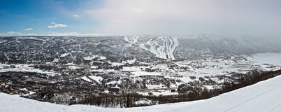 Panoramische Ansicht der kleinen Stadt im Tal Stockfotos