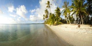 Panoramische Ansicht des weißen Sandstrandes Lizenzfreie Stockbilder