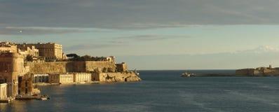 Panoramische Ansicht am Eingang des La Valletta-Hafens, Malta Lizenzfreies Stockfoto