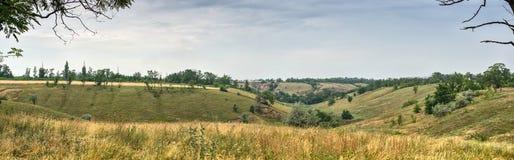 Panoramische Ansicht Landschaft eines schönen Tales mit am Hintergrund des blauen Himmels Lizenzfreie Stockbilder