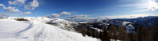 Panoramische Ansicht von Österreich-Alpen, nahe falschem Kleinkirc Stockfotografie