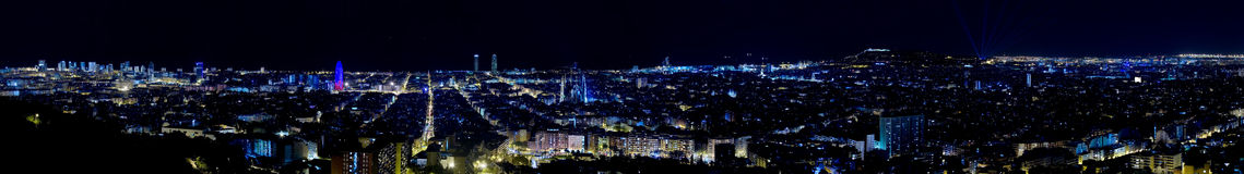 Panoramische Ansicht von Barcelona bis zum Nacht. Lizenzfreie Stockfotos