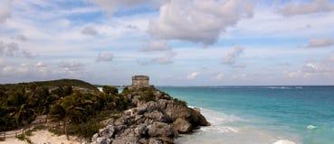 Panoramische Ansicht von Mayaruinen über dem Ozean stockbilder