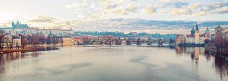 Panoramische Ansicht von Prag im Herbst Prag-Fluss die Moldau, Charles-Brücke, Turm und Schloss Prag, Tschechische Republik lizenzfreie stockfotografie