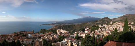 Panoramische Ansicht von Taormina mit Ätna Stockfotos