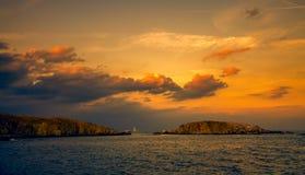 Panoramische avondmening van twee eilanden bij zonsondergang Royalty-vrije Stock Afbeeldingen