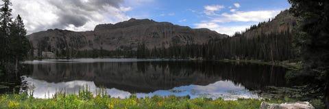 panoramische bergbezinning royalty-vrije stock afbeeldingen